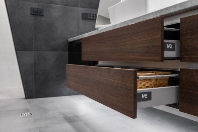 Kupaonica s otvorenim ormarićem