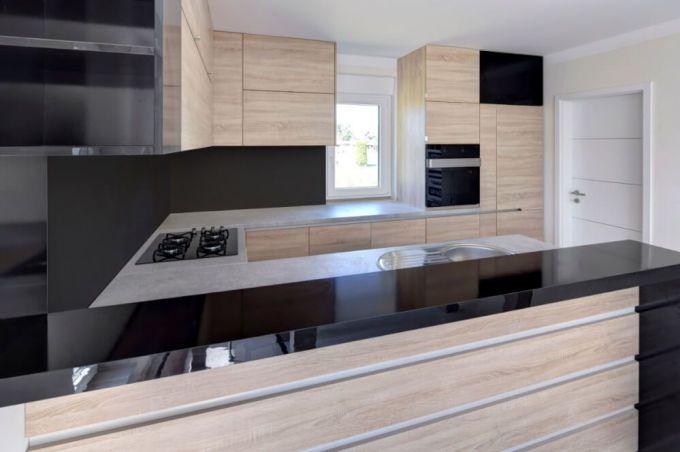 Crna kuhinja kombinirana sa drvenim dekorom