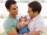 גם לזוגות חד מיניים מותר לאמץ ילד