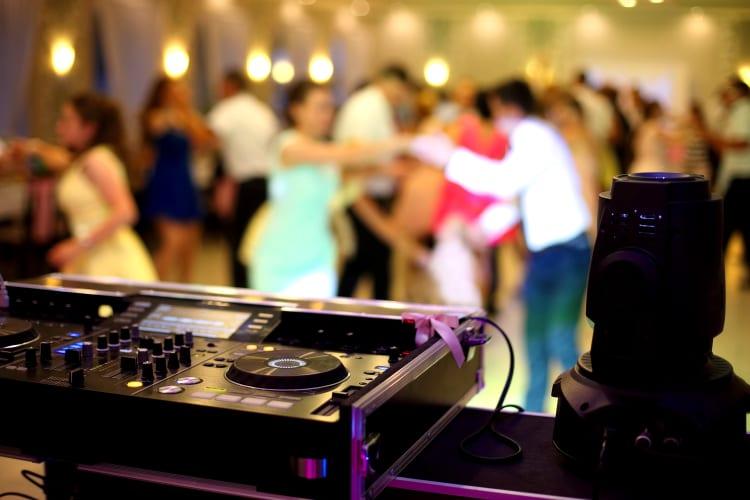 DJ für Geburtstagsparty finden und buchen