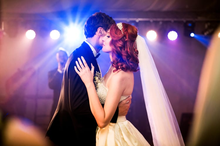 Hochzeitspaar tanzt zur Musik einer Hochzeitsband aus Augsburg