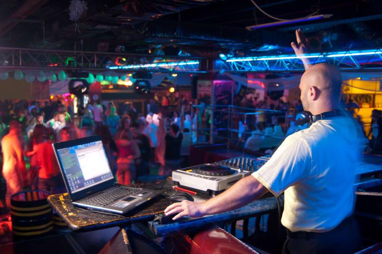 DJ heizt der Menge in Heidelberg ein