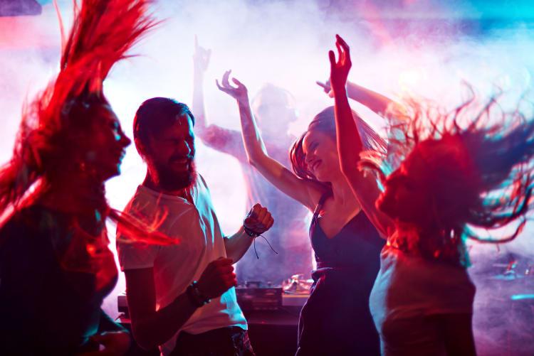 Partygäste feiern ausgelassen in Koblenz zur Musik