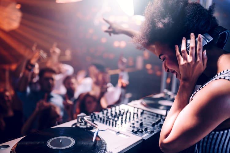 Ein DJ oder eine DJane bringt deine Gäste zum abtanzen
