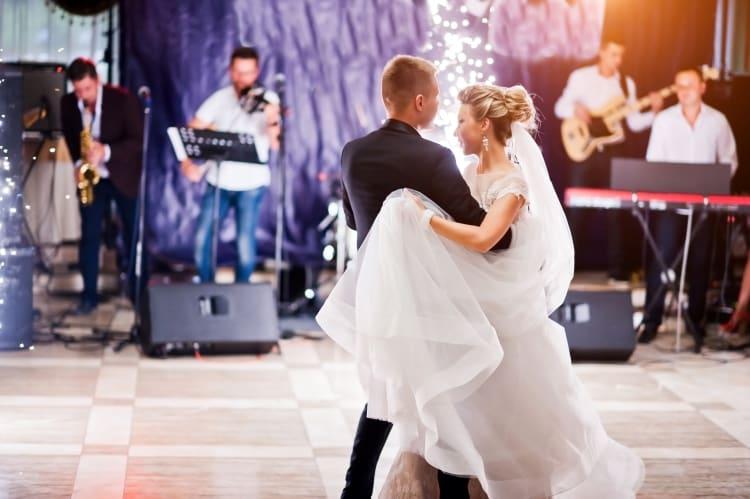 Der erste Tanz mit Hochzeitsband