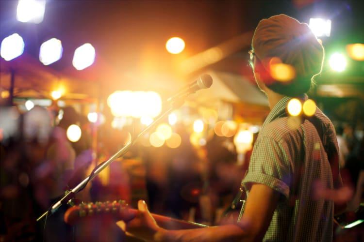 Einfaches Zusatzeinkommen durch die Vermittlung von Auftritten an andere Künstler