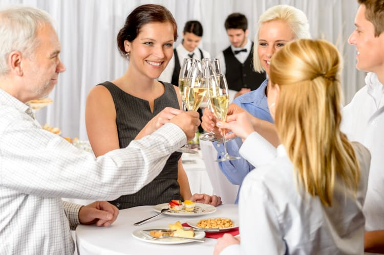 Beim Sektempfang könnt ihr euch mit der Hochzeitsgesellschaft vertraut machen