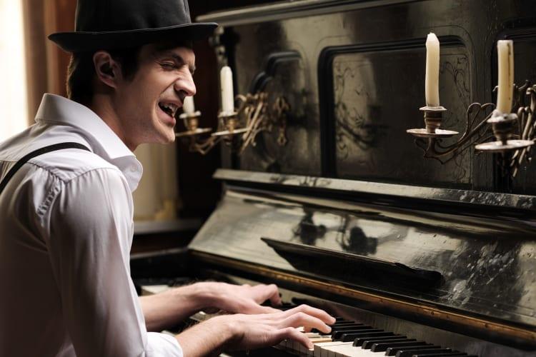 Ob mit Klavier, Gitarre oder Musik vom Band, professionelle Hochzeitssänger bringen romantische Stimmung