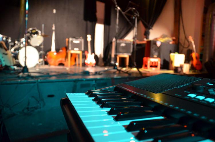 Viele Coverbands bringen für euer Event eine Musikanlage und Lichttechnik mit