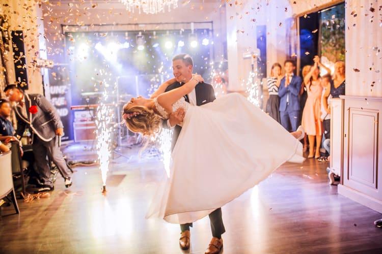 Ein professioneller Hochzeits-DJ spielt zu jeder Situation die passende Musik und geht auf eure Wünsche ein