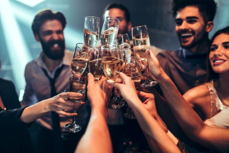 Bucht euren Hochzeits-DJ bereits für den Sektempfang, um eine gelassene Stimmung sicherzustellen