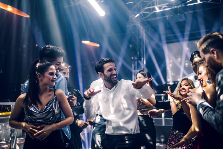 Viele professionelle Hochzeits-DJs können auch Lichttechnik mitbringen
