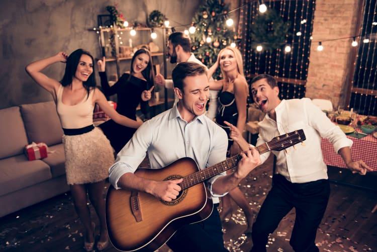 Wer bei der Planung der Hochzeit an der Live-Musik spart, spart an der Stimmung