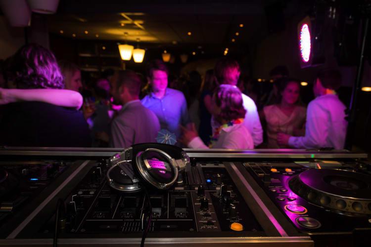 Für Musikwünsche und beste Stimmung sorgen DJs und DJanes aus Göttingen