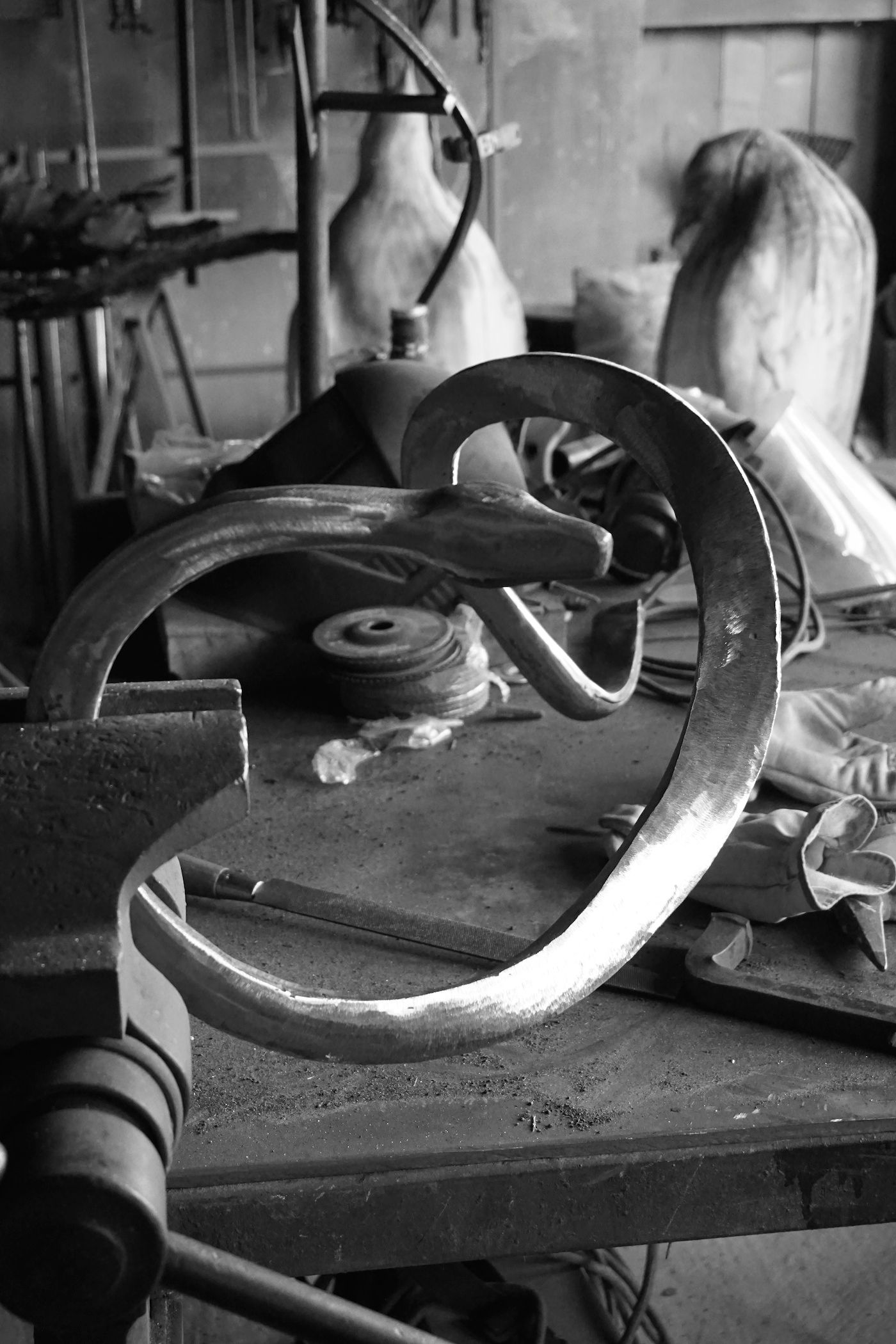 Serpent en acier réalisé à la forge, sculpture, images d'atelier, Aurélien Raynaud