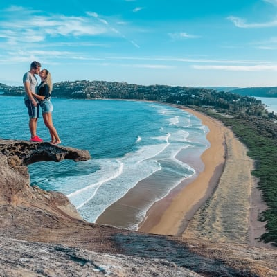 Mladý pár na australském pobřeží