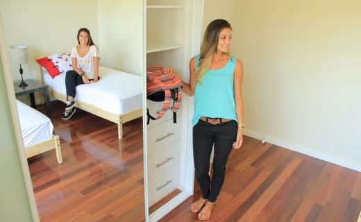 Studentka u skříně v australském bytě