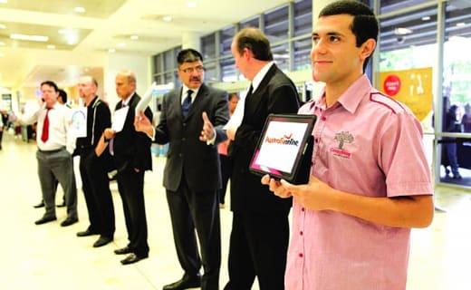 Muži na letišti čekají až přistane letadlo