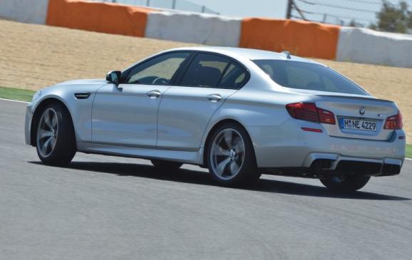 2014 BMW M5 - rear 3/4 view oversteer