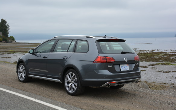 <p>The Alltrack differentiates itself from the regular wagon with unique styling details that include its front and rear bumpers. In the front, there's a matte-aluminum low-profile grille crossbar that connects into its headlights. Additionally, body cladding can be found on the side sills and through its wheel arches and bumpers. Not to be outdone, the rear bumper shines with a silver underbody valance that works well with its silver roof rails and dual chrome exhausts.</p>
