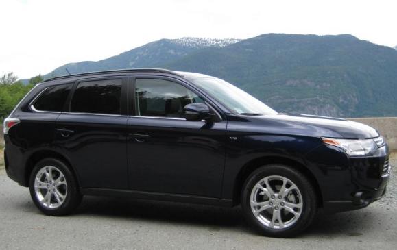 2014 Mitsubishi Outlander - side view