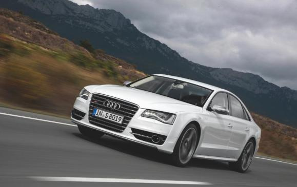 2013 Audi S8 - front 3/4 view motion