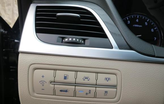 2015 Hyundai Genesis - instrument panel detail