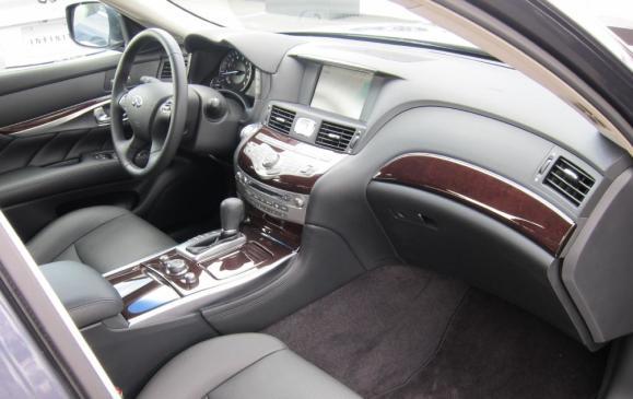2011 Infiniti M - front seats