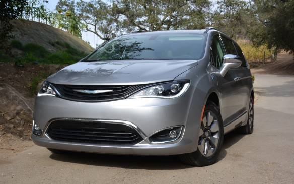 <p>The 2017 Chrysler Pacifica Hybrid will soon begin production at FCA's Windsor, Ontario plant and will arrive in Canadian dealerships starting in early Q1.</p>