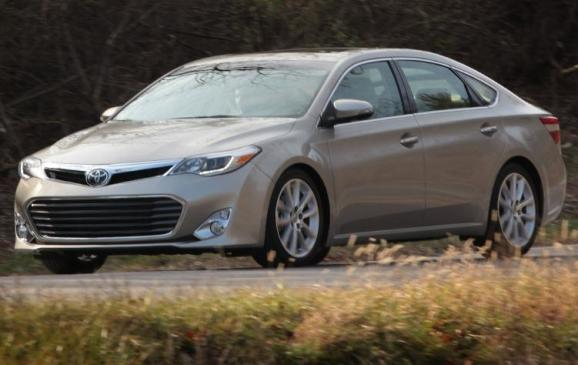 2013 Toyota Avalon - front 3/4 view motion