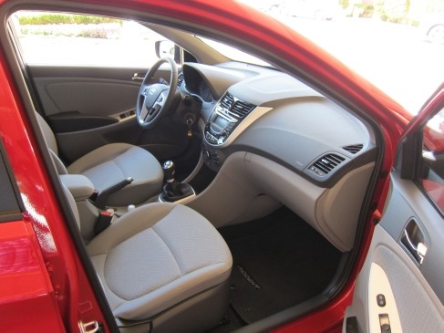 2012 Hyundai Accent 5dr front seat