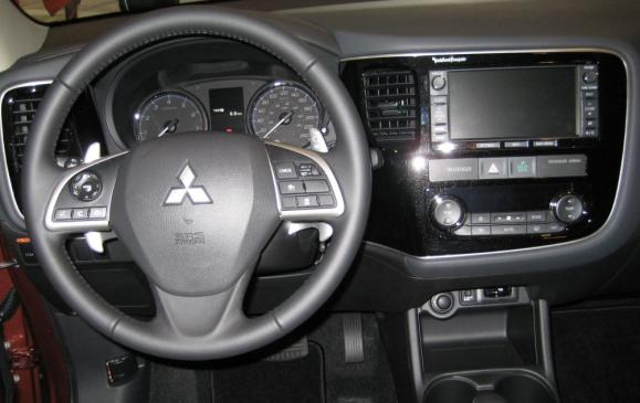 2014 Mitsubisi Outlander - steering wheel and instrument panel