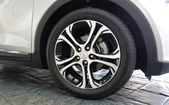 <p>Standard on the Bolt EV are Michelin Energy Saver tires that are 'self-sealing', in size 215/70, mounted on 17-inch alloy wheels that suit the car nicely. A tire inflator is nonetheless standard in Canada, thankfully.</p>