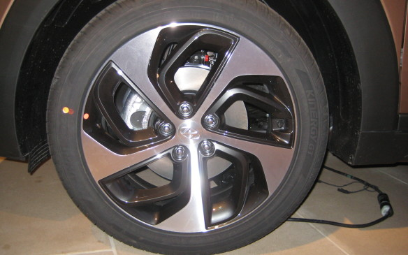 <p>The development engineers ensured the new Tucson would have the best braking performance in the class with bigger rotors front and rear.</p>