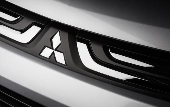 2014 Mitsubishi Outlander - front grille detail