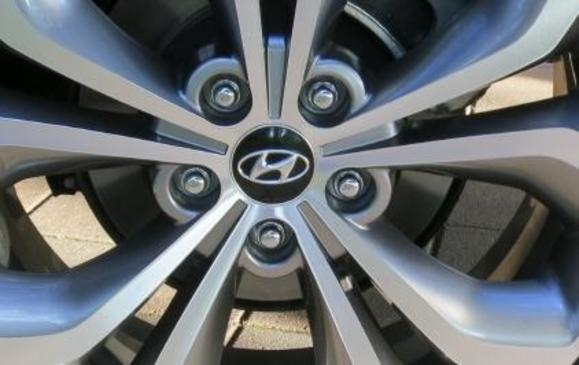 2013 Hyundai Santa Fe Sport - wheel hub and spokes