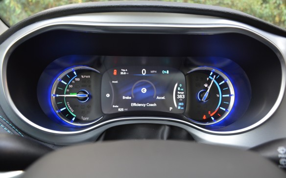 """<p>Through the 8.4-inch UConnect touchscreen, which is quick and easy to use, you can set up your own charging schedule. In addition, an """"efficiency coach"""" guides you with your driving and shows you whether you're draining electricity too quickly.</p>"""