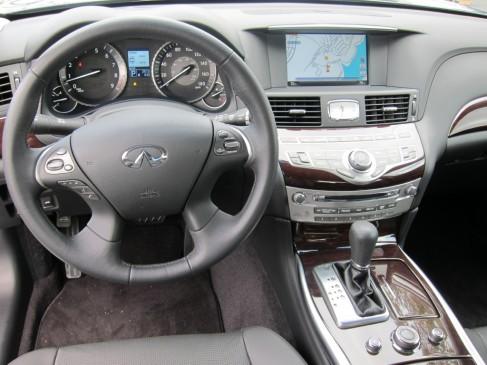 2011 Infiniti M - steering wheel and instrument panel
