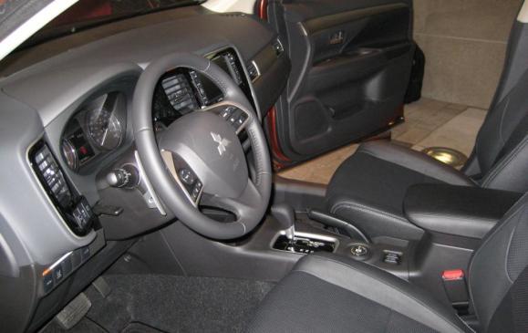 2014 Mitsubishi Outlander - front seats