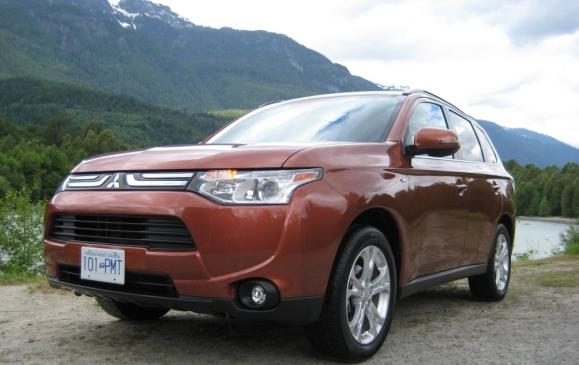 2014 Mitsubishi Outlander - front 3/4 view low