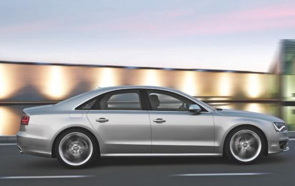 2013 Audi S8 - side view motion