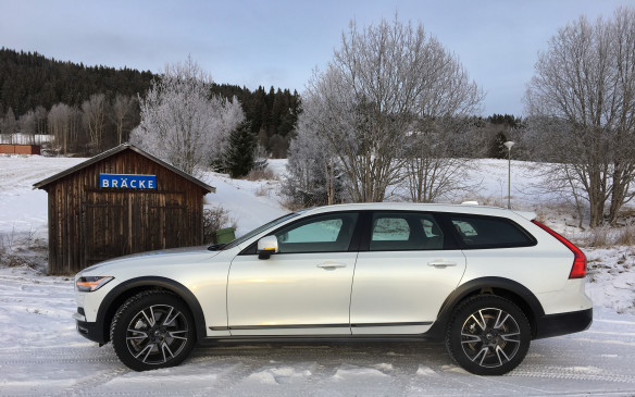 <p>Even though they share the same basic structure and many of their major components, the sleek and racy new V90 Cross Country looks nothing like its broad-shouldered XC90 sport-utility sibling. Indeed, the V90 is a solid 23.2 cm lower and 5 cm narrower on a wheelbase that was shortened by 4.3 cm, preserving easy passenger access and benefiting on-road stability, thanks to short body overhangs and a lower centre of gravity. Yet, the overall body length is only 1.1 cm less, which makes for a spacious cabin. And does it ever look good in profile!</p>