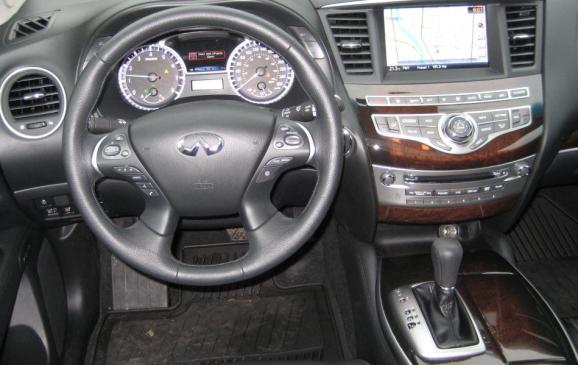 2013 Infiniti JX35 - steering wheel and instrument panel