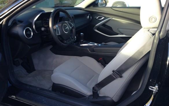 <p>2016 Chevrolet Camaro 1LT cockpit</p>