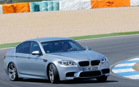 2014 BMW M5 - front 3/4 view oversteer