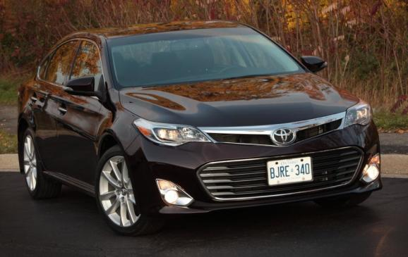 2013 Toyota Avalon - front 3/4 view close crop