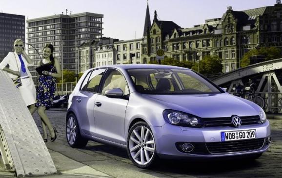 2013 Volkswagen Golf TDI - front 3/4 view