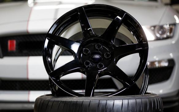 <p>Ford Shelby GT350R carbon-fibre wheel</p>