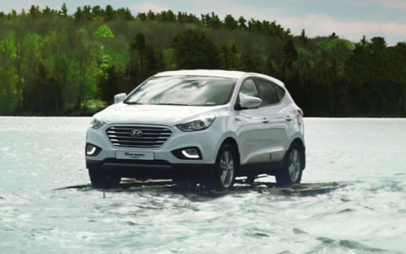 <p>Hyundai Tucson FCEV driving on water</p>