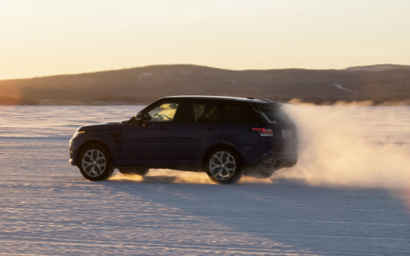 <p>Range Rover Sport SVR 0-100km/h run on snow</p>